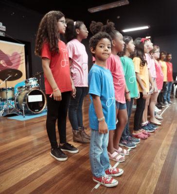Recital de Fim de Ano dos coros do Instituto Anelo terá narração de Edlaine Garcia